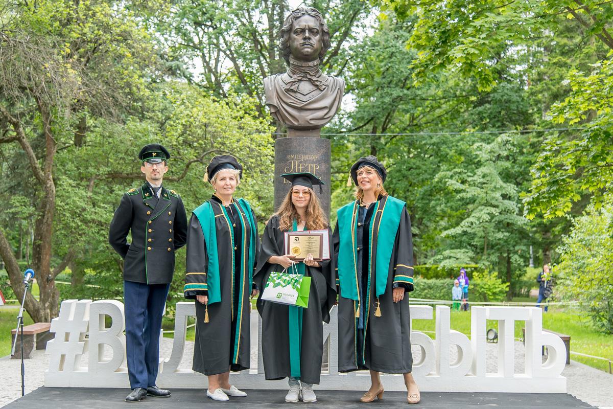 Вручение дипломов золотым медалистам